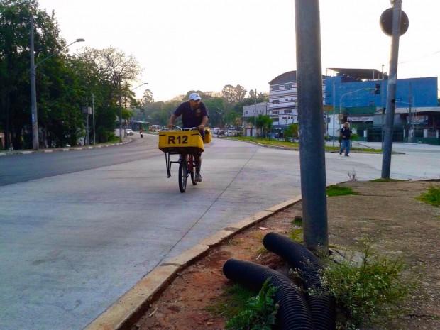 Ciclista na Av. Inajar de Souza, onde havia promessa de ciclovia