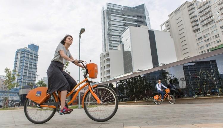 Bicicleta compartilhada em uso no Largo da Batata (Foto: Carol Quintanilha)