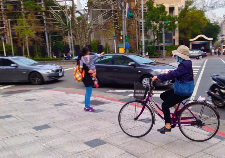 Cislista comparilha calçada com pedestres