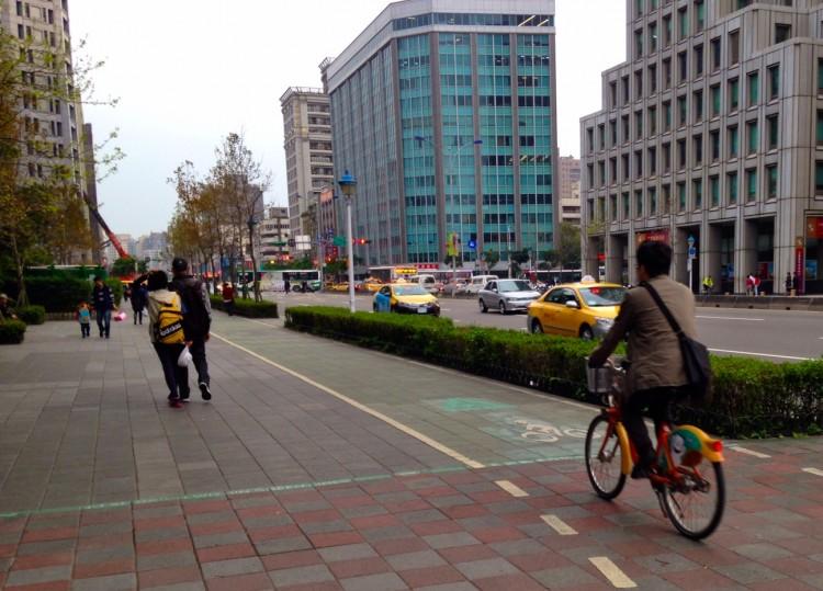 Ciclofaixa oficializa compartilhamento com pedestres
